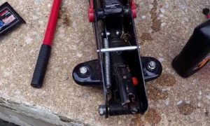 How to Fill a Hydraulic Floor Jack with Oil